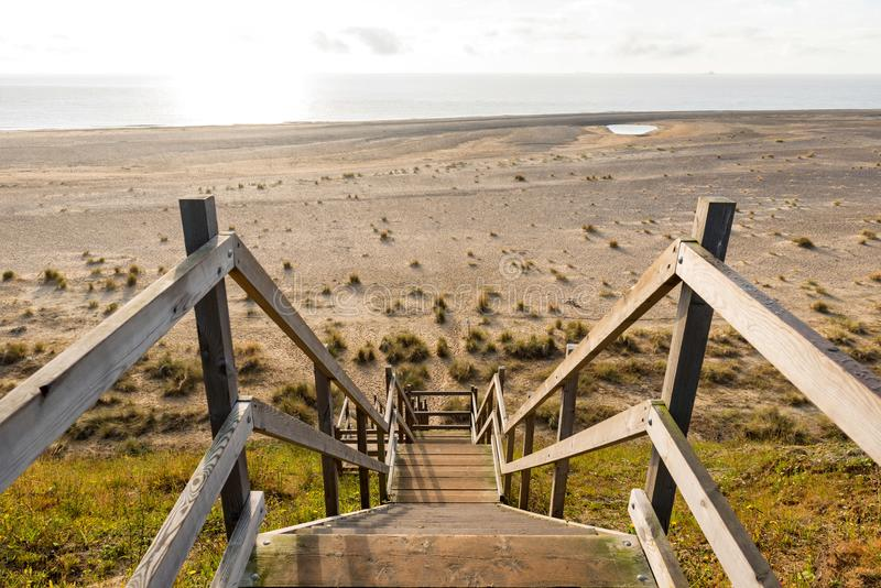 Hölzerne Schritte, die unten über dem Strand und den Sanddünen in Lowestoft-Suffolk vorangehen lizenzfreies stockbild