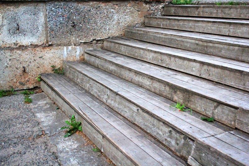 Hölzerne Schritte im Park, Nahaufnahmefotos H?lzernes Treppenhaus Browns Hölzernes Treppenhaus im Freien stockfoto