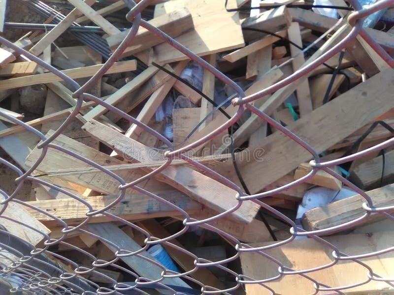 Hölzerne Schrotte durch Zaun stockfotografie
