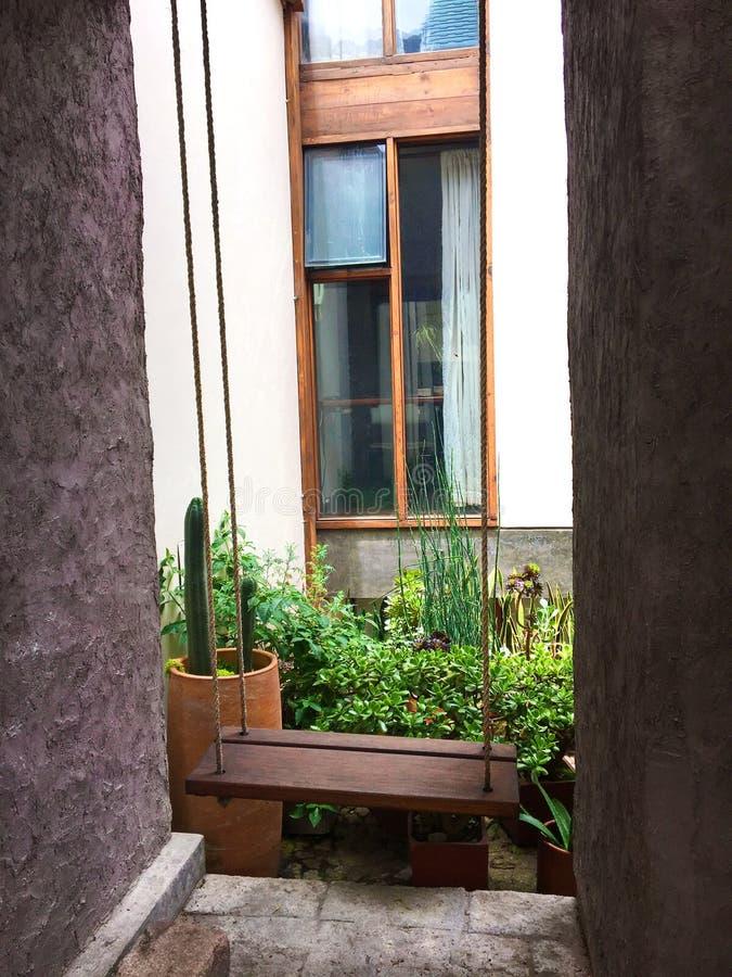 Hölzerne Schwingen-Außenseiten-modernes Haus stockfoto