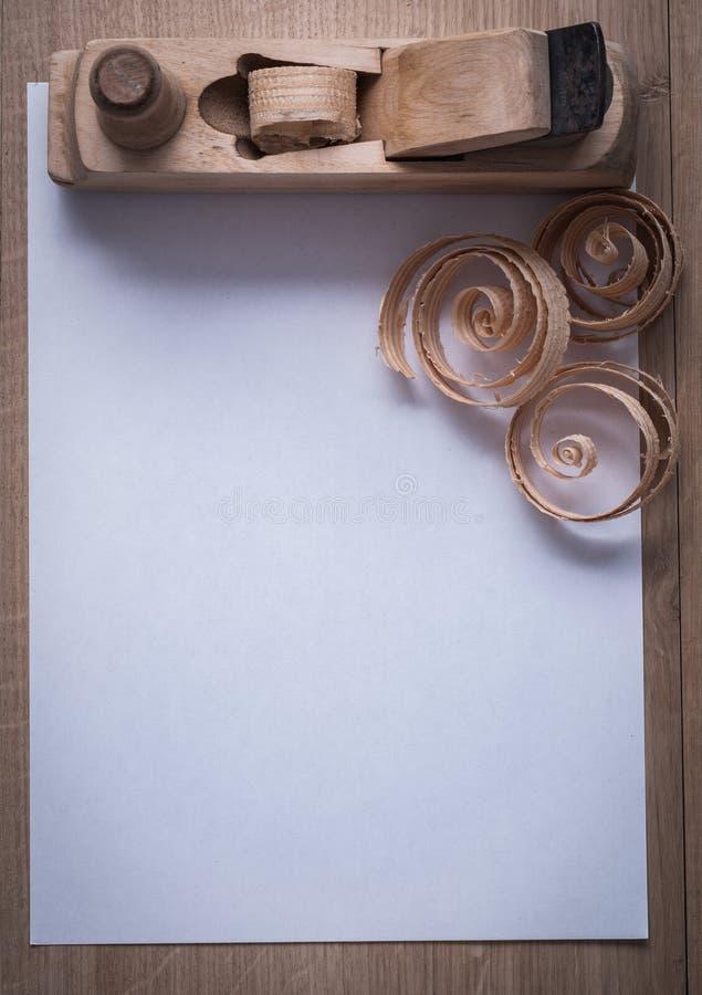 Hölzerne scobs, die Fläche und leeres Blatt des Papiers auf hölzernem Eber rasieren stockbilder