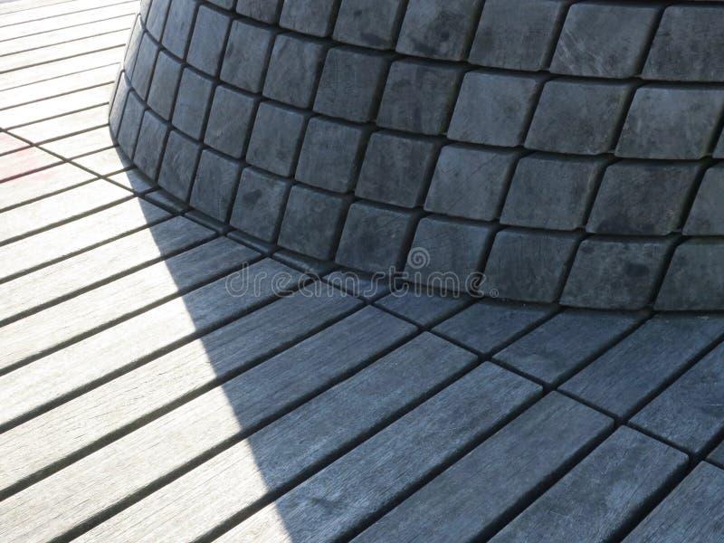 Hölzerne Sitze gemacht von den Planken in einem allgemeinen Garten in Amsterdam lizenzfreies stockfoto