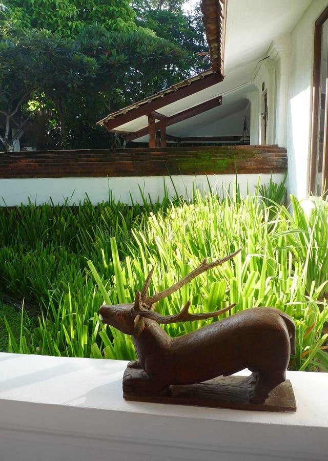 Hölzerne Skulptur auf Patio lizenzfreies stockfoto