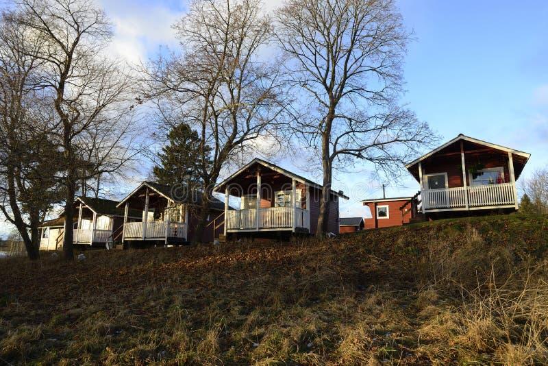 Hölzerne Sommerhäuser der Reihe im Herbst lizenzfreies stockfoto