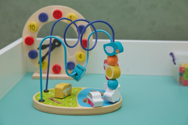 Hölzerne Spielwaren auf hölzernem Hintergrund Das Fähigkeitsspiel für kleine Babybildung Buntes gewundenes Spielzeug auf weißem H stockbilder