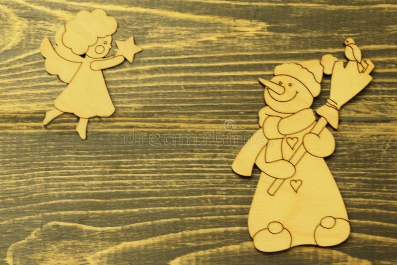Hölzerne Spielwaren der alten Weinlese Netter Schneemann mit dem Besen und Zahl des Engels hochfliegend in der Höhe mit Weihnacht lizenzfreies stockfoto