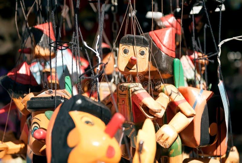 Hölzerne Spielwaren Pinocchio für Verkauf im Andenkenspeicher der italienischen Stadt lizenzfreie stockbilder
