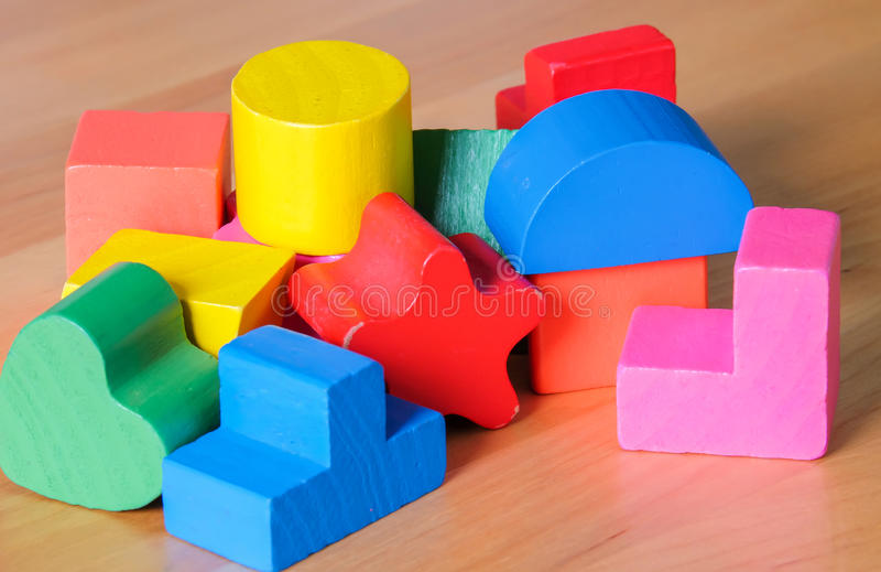 Hölzerne SpielzeugBausteine lizenzfreie stockfotos
