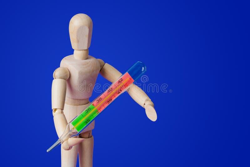 Hölzerne Spielzeugzahl mit Thermometer auf Blau stockfotografie