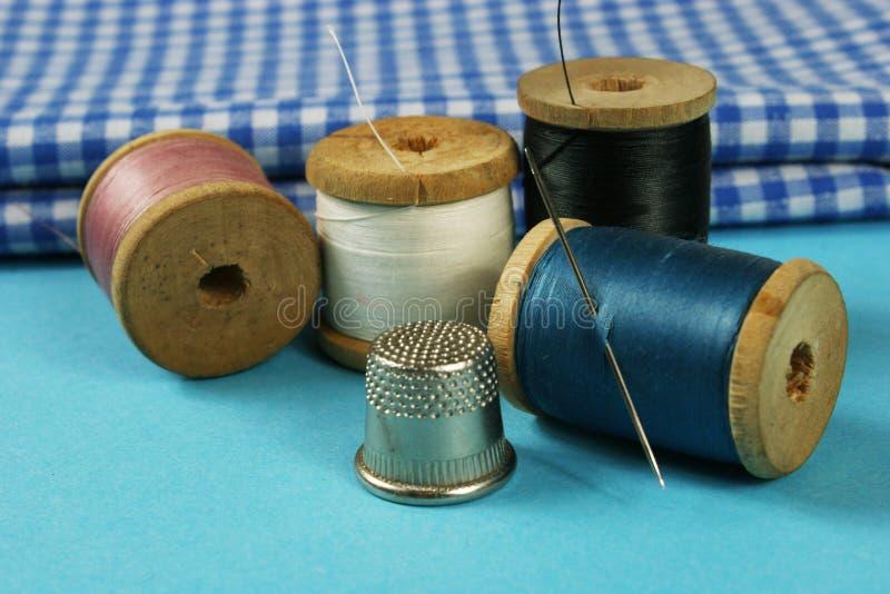 Hölzerne Spulen mit farbiger Baumwolle verlegt für das Nähen, Weinlese lizenzfreie stockfotografie