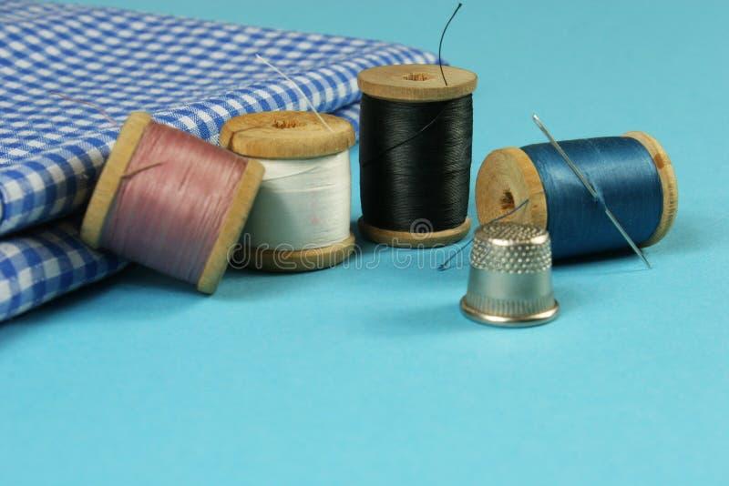 Hölzerne Spulen mit farbiger Baumwolle verlegt für das Nähen, Weinlese stockbild