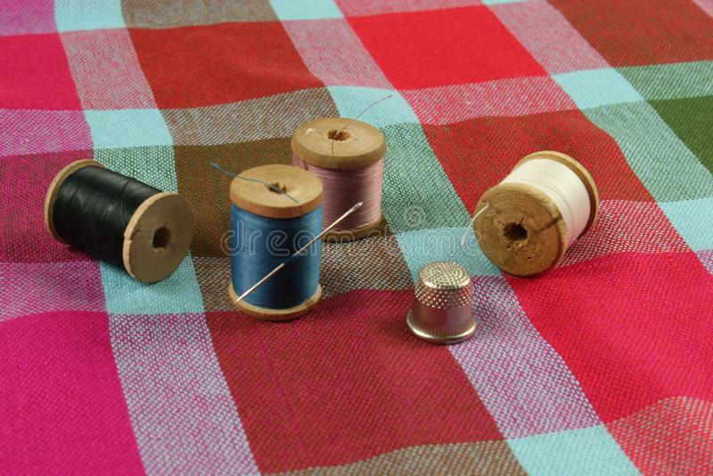 Hölzerne Spulen mit farbiger Baumwolle verlegt für das Nähen, Weinlese stockbilder