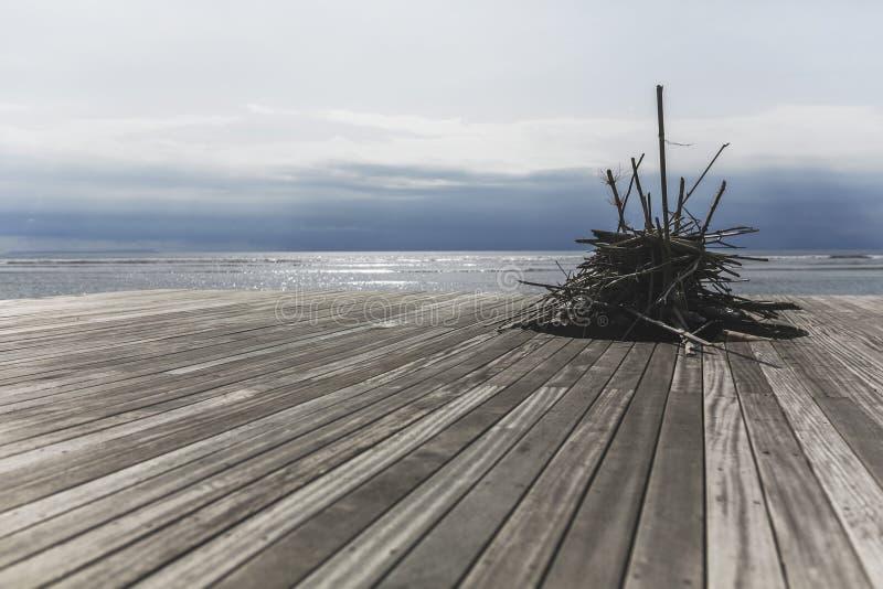 Hölzerne Stöcke auf dem Strand lizenzfreies stockfoto