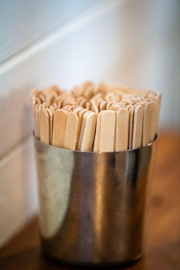 Hölzerne Stöcke in einem Kanister an einem Café lizenzfreie stockfotos