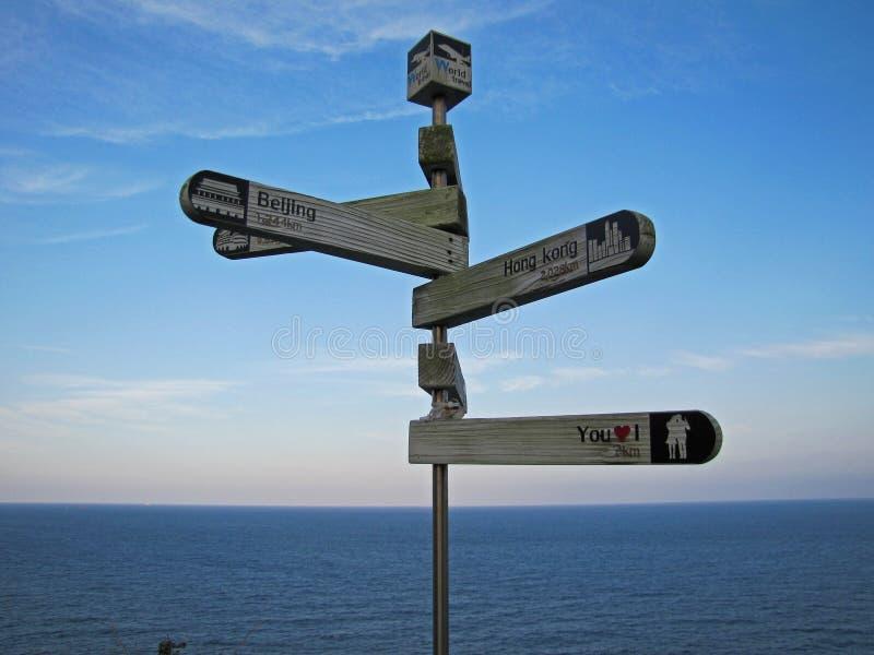 Hölzerne Straßenzeiger über dem Meer in Busan lizenzfreie stockfotos