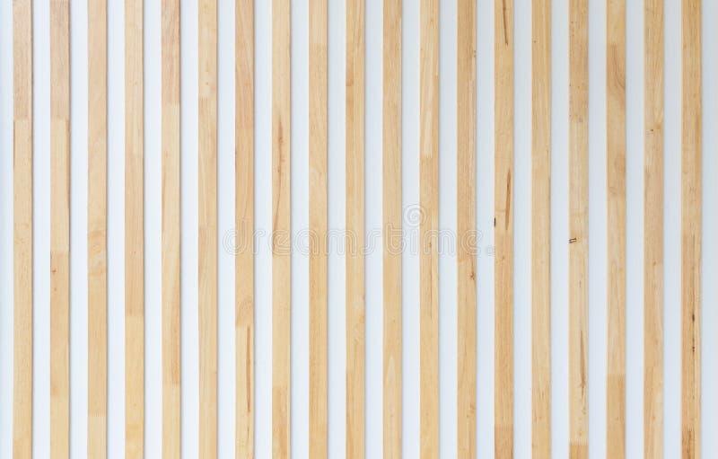 Hölzerne Streifenvertikale auf weißer Wand stockfotos