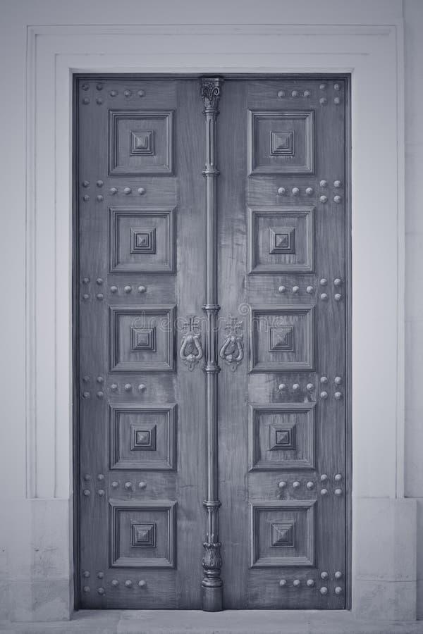 Hölzerne Tür der katholischen Kirche lizenzfreie stockfotografie