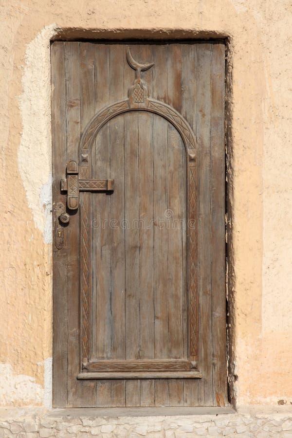 Hölzerne Tür einer Moschee lizenzfreie stockbilder