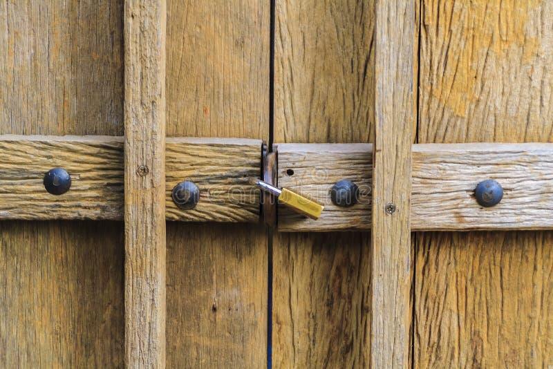 Hölzerne Tür mit Verriegelung lizenzfreie stockfotos