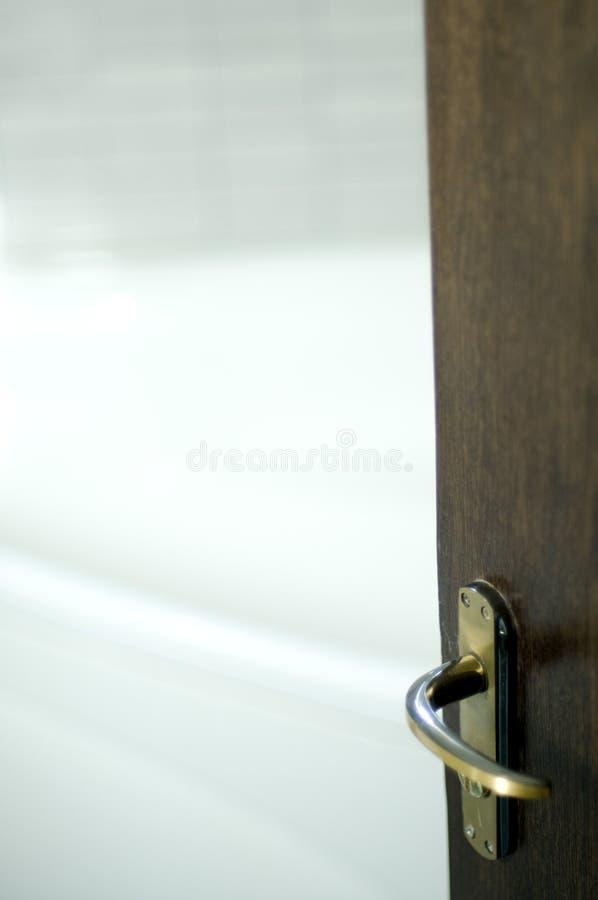 Hölzerne Tür und Badezimmer stockfoto