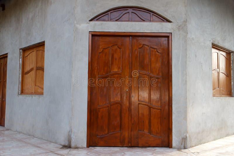 Hölzerne Tür und Fenster von einem Haus lizenzfreies stockfoto