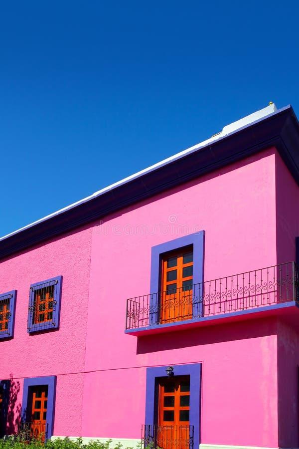 Hölzerne Türen der mexikanischen rosafarbenen Hausfassade lizenzfreie stockfotos