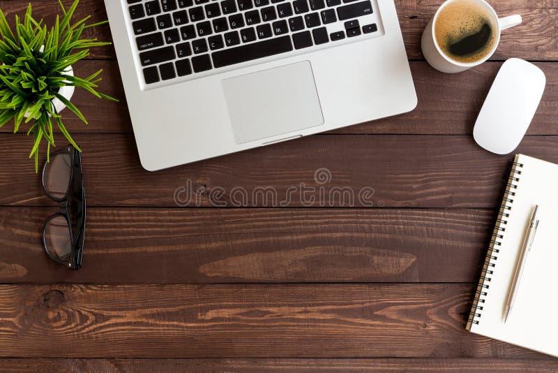 Hölzerne Tabelle des Arbeitsplatzes auf Draufsicht lizenzfreie stockfotografie