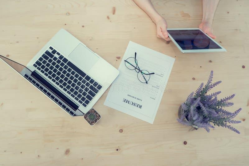 Hölzerne Tabelle mit menschlichem Handgriff Smartphone, Tablette, Handy w lizenzfreie stockfotografie