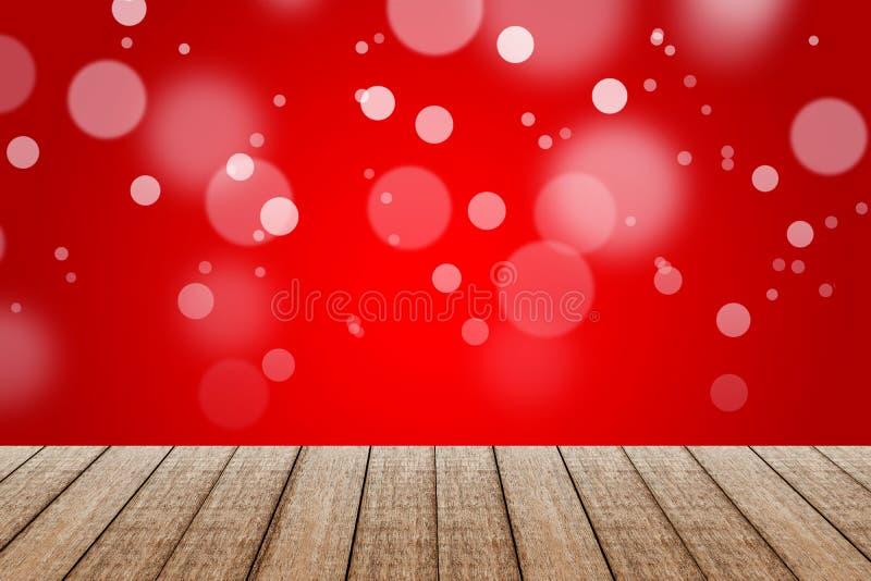 Hölzerne Tabelle mit rote Farbhintergrund mit bokeh stockfotografie