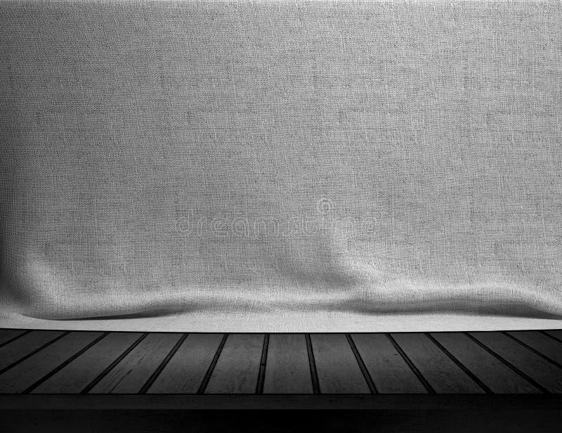 Hölzerne Tabelle mit weißem Sackleinen stockfoto