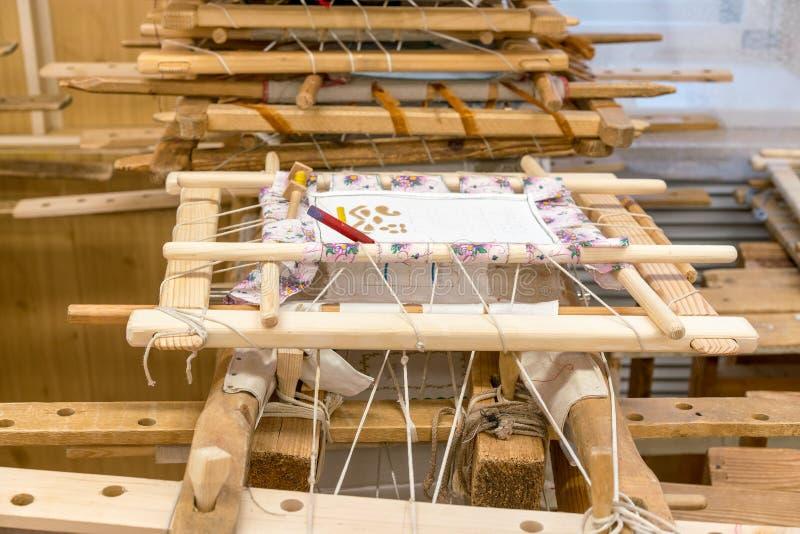 Hölzerne tambours für Stickerei mit den goldenen und silbernen Faden an einer Sonderschule für embroieresses in einer kleinen rus stockfoto