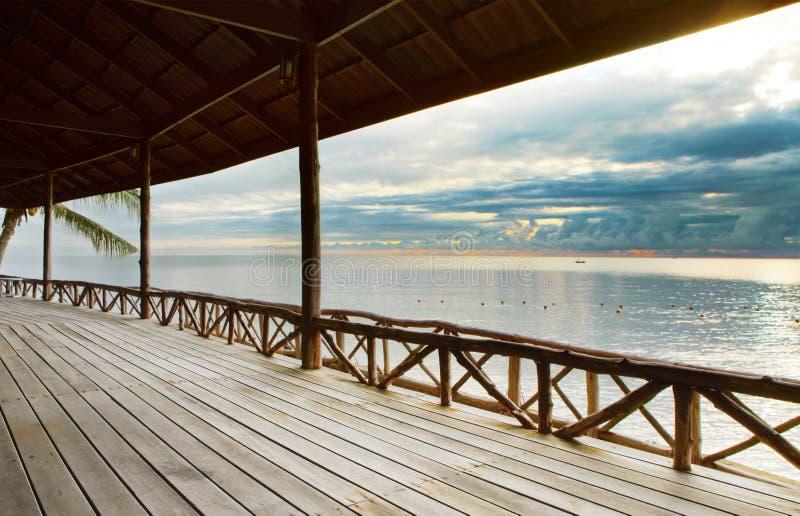 Hölzerne Terrasse im hölzernen pavillion gegen ruhiges von Himmelsmeer lizenzfreie stockbilder