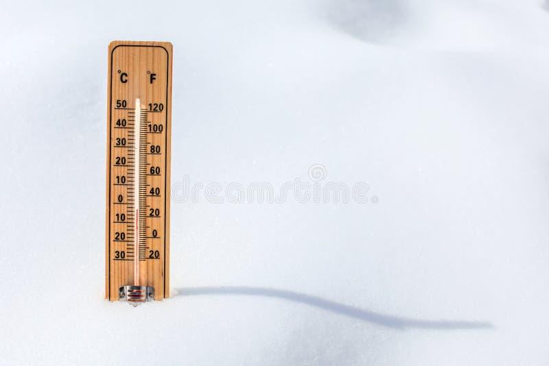 Hölzerne Thermometerstellung im Schnee, niedrige Temperatur zeigend, SP stockfoto