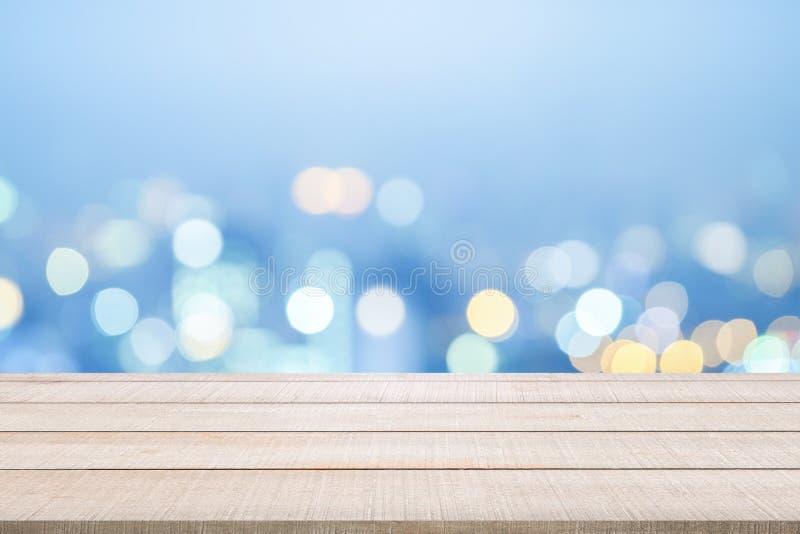 Hölzerne Tischplatte auf Blau unscharfem Hintergrund stockbild