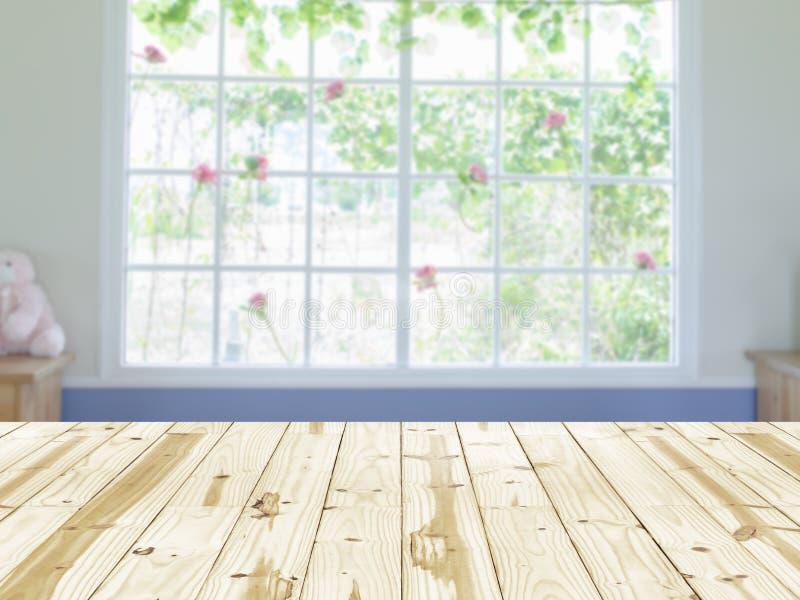 Hölzerne Tischplatte auf undeutlichem Hintergrund des Fensterinnenraumes