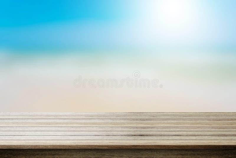 Hölzerne Tischplatte auf unscharfem Strandhintergrund, Sommerkonzept lizenzfreie stockbilder