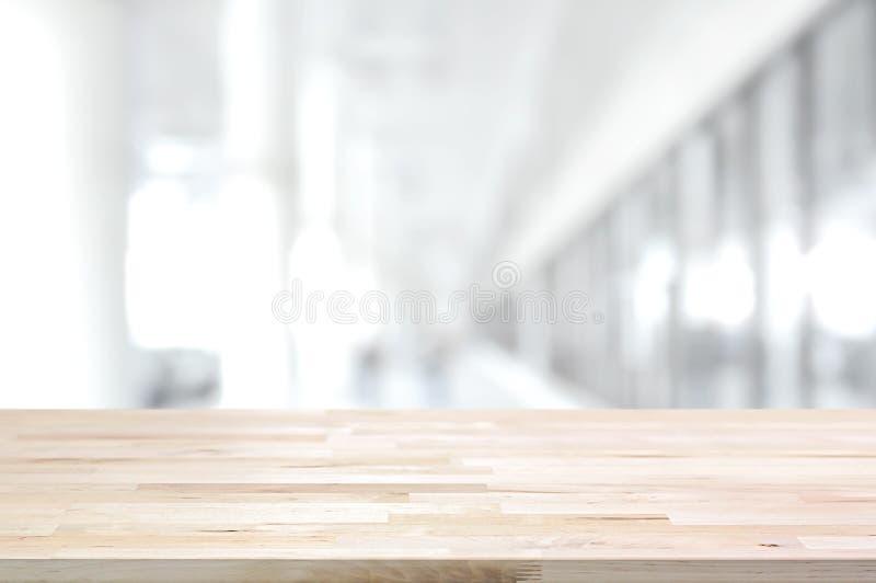 Hölzerne Tischplatte auf unscharfem weißem grauem Hintergrund der Gebäudehalle lizenzfreie stockfotos