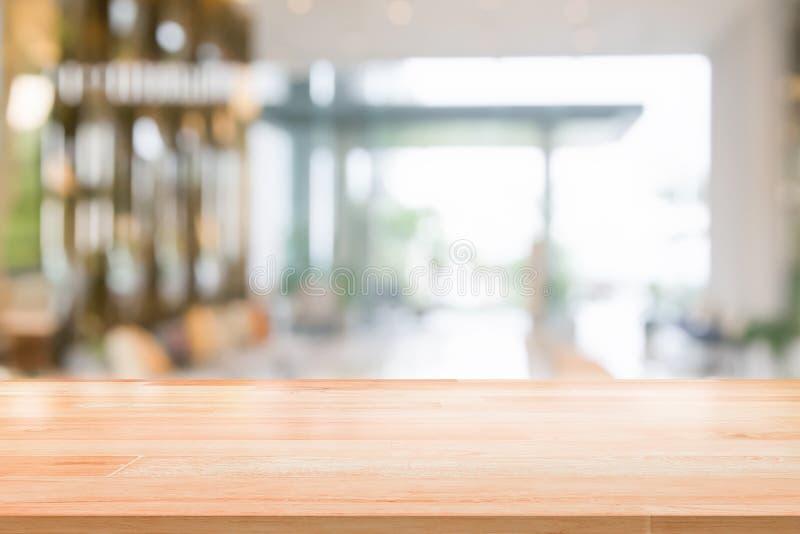 Hölzerne Tischplatte auf unscharfer Innenansicht des abstrakten Hintergrundes innerhalb des Aufnahmehotels oder der modernen Hall lizenzfreie stockfotos