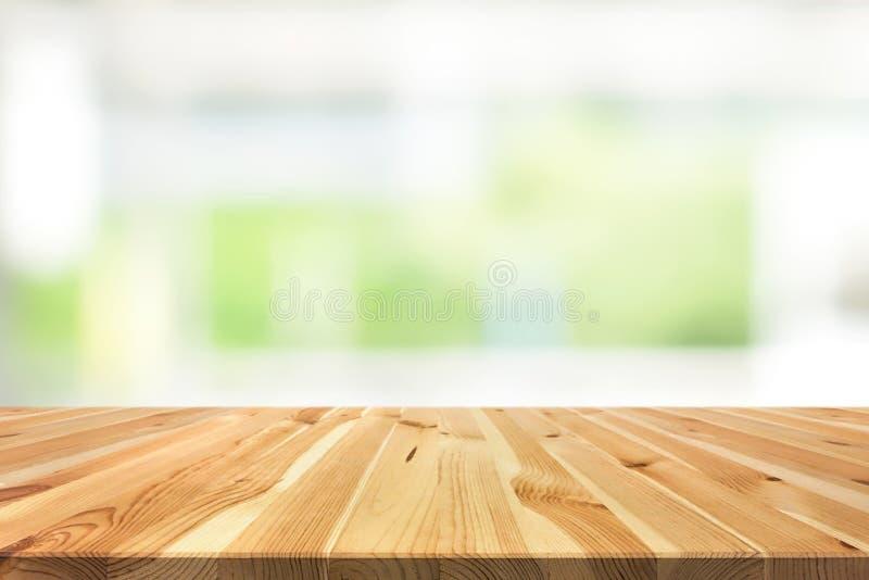 Hölzerne Tischplatte auf weißem grünem Hintergrund der Unschärfe von Küche windo stockfotografie