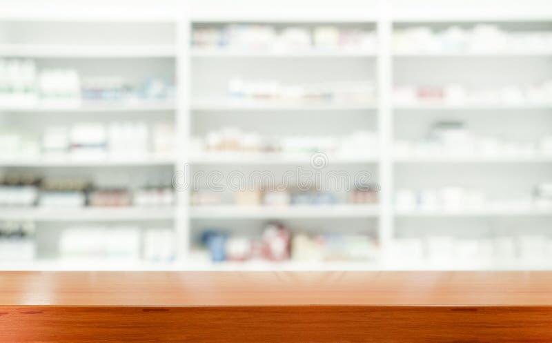 Hölzerne Tischplatte Browns mit unscharfer Apotheke stockbild