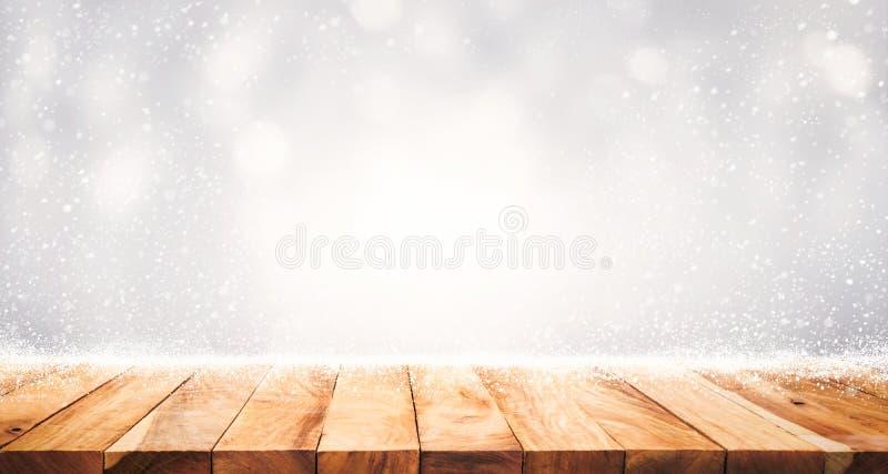 Hölzerne Tischplatte mit Schneefällen des Wintersaisonhintergrundes Weihnachten stockfoto