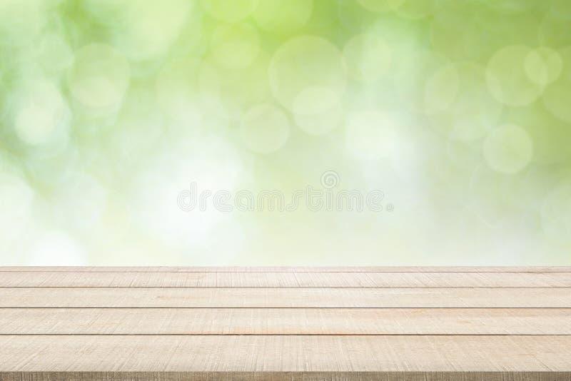 Hölzerne Tischplatteplatte auf grünem Hintergrund lizenzfreie stockbilder