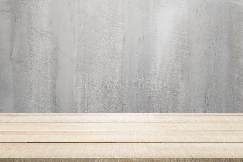 Hölzerne Tischplatteplatte auf konkretem Hintergrund lizenzfreie stockbilder