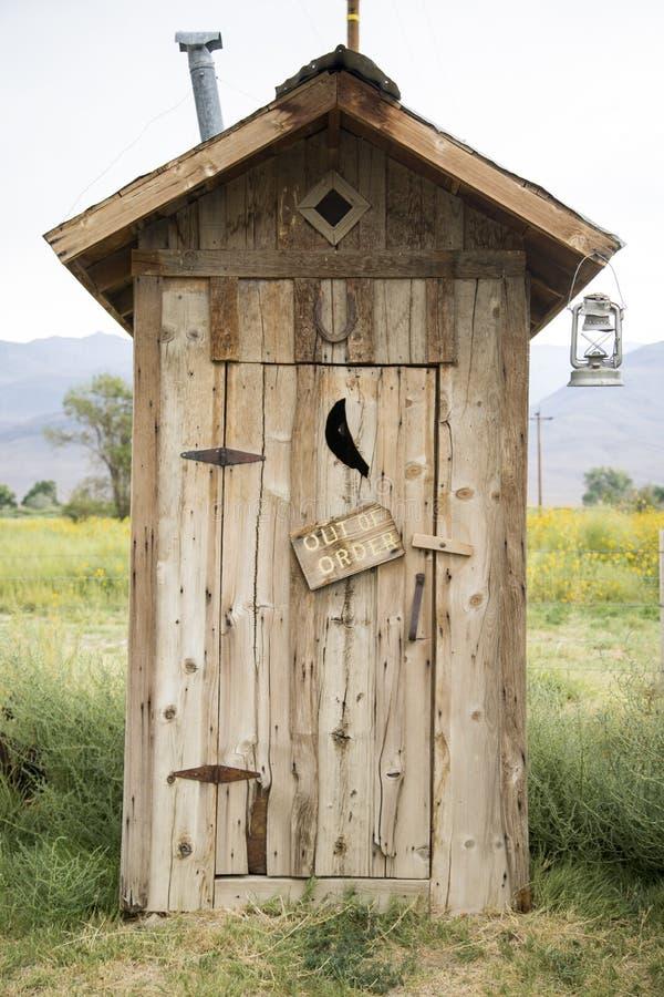 Hölzerne Toiletten-Halle stockfotografie