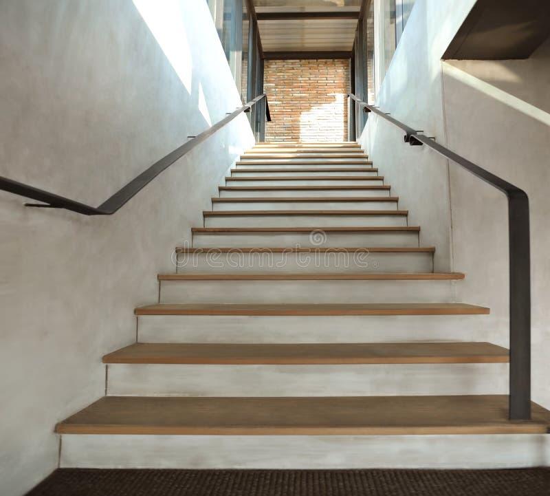 Hölzerne Treppe in der Dachbodenart lizenzfreie stockfotos