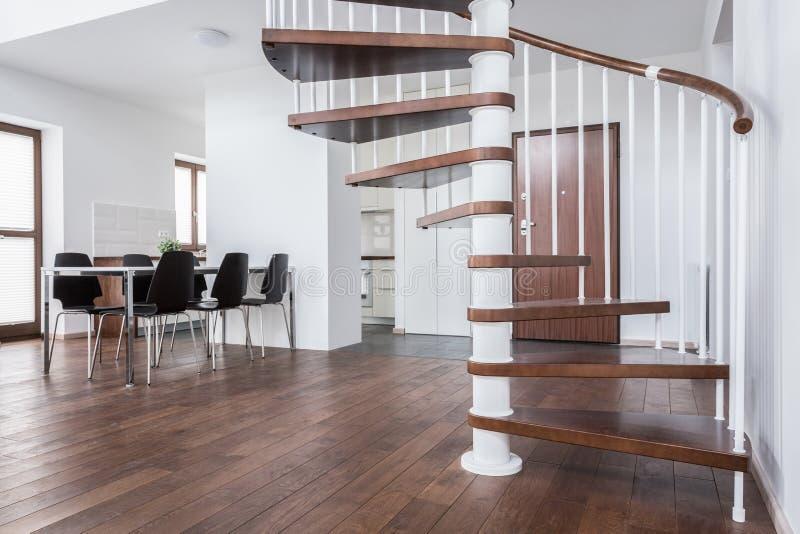 Hölzerne Treppe im zeitgenössischen Haus stockfotografie