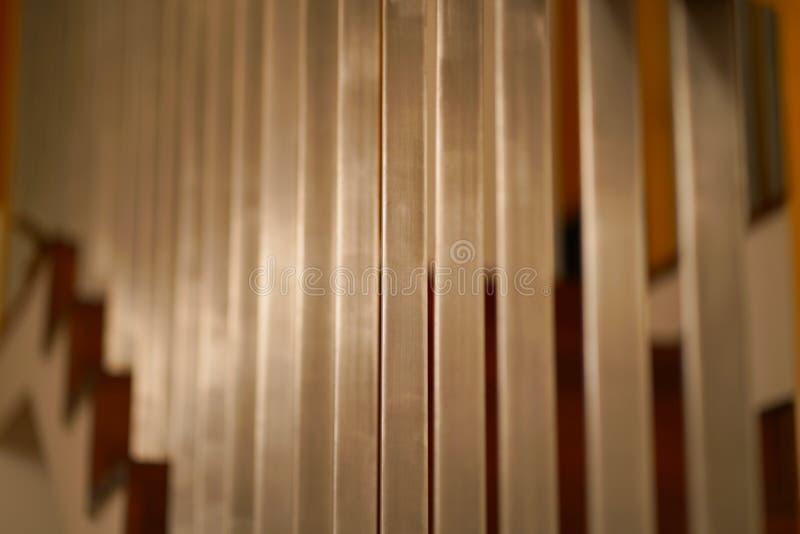 Hölzerne Treppe und Stahlstangen lizenzfreie stockbilder