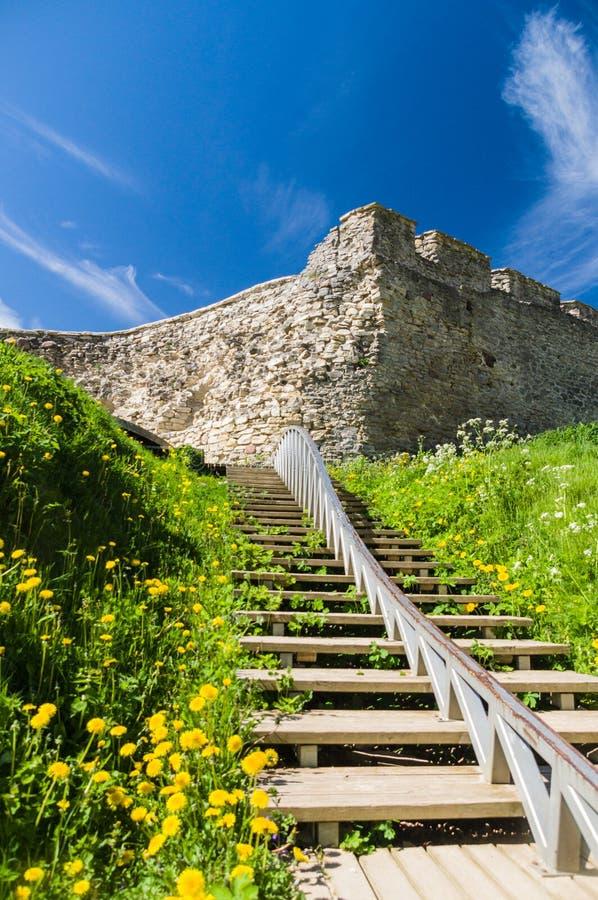 Hölzerne Treppe zur mittelalterlichen Wand stockfoto