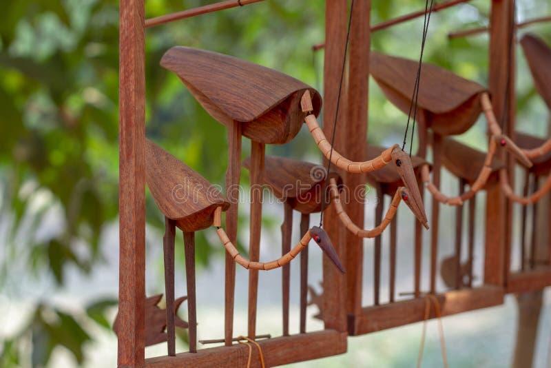 Hölzerne Vogelreiherandenken Traditionelles kambodschanisches Handwerk Angkor Wat Touristenmarkt Gebürtiges hölzernes Spielzeug i lizenzfreies stockfoto