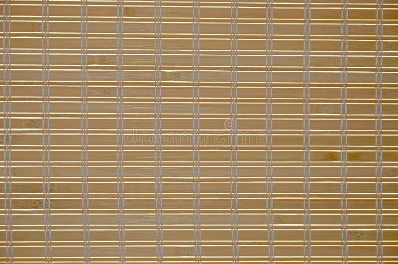 Hölzerne Vorhänge des abstrakten Hintergrundes gegen helle Sonnenlichtnahaufnahme stockfoto